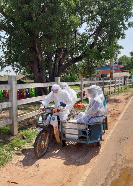 感染者の発生を受け、保健省関係者と女医によるPCR検査が実施された。サイドカー付きのバイクに乗り、防護服姿で感染者宅へ向かった。