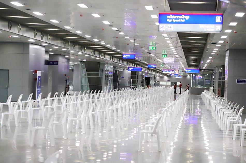 タイ国有鉄道は5月24日、年内に開業予定のバンスー中央駅にワクチン接種会場を開設。初日に公共交通関係者ら5千人が接種した。6月6日までに公共交通職員を、以降は一般予約者を対象に1日に1万人の接種を計画している。