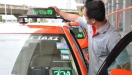 バンコク都内で、2回の接種を終えた運転手の車体屋根に「ワクチン完了」の表示灯を載せたタクシーが走行中。空車表示は従来通り助手席側にある。