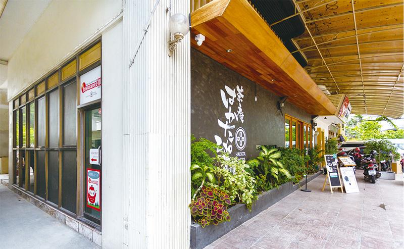 プロンポン駅より徒歩3分の好立地にあり、おはぎが人気の「茶庵 はかた珈琲」に隣接。食事やショッピングの合間に、気軽に立ち寄ることができる