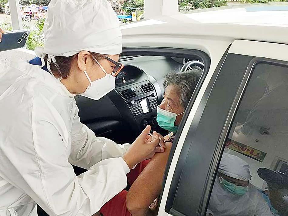 プーケット県で7〜9日にかけ、60歳以上の人などを対象にしたコロナワクチン接種が行われた。車椅子の高齢者などへの配慮からドライブスルー方式が採用された。