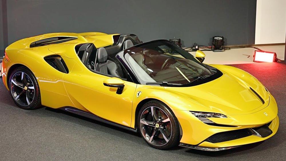 フェラーリが初めて採用したPHEV(プラグインハイブリッド車)。V8エンジンと3基のモーターの合計で1000psを発生し、最高速度は340km。価格は4,490万Bから。