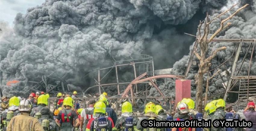立ち上る黒煙が火災と爆発の凄さを物語る