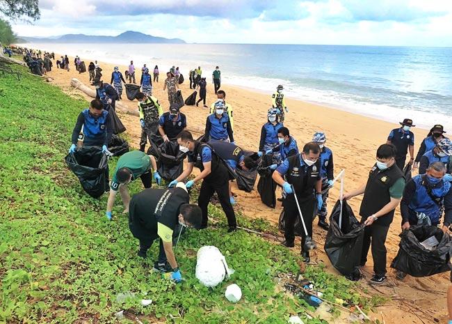7月1日より、入国時の隔離検疫なしで外国人観光客を受け入れる規制緩和が始まった。これを受け、同日早朝には県内マイカオビーチに約250名のボランティアが集合。およそ1kmに渡りゴミ拾いを行った。