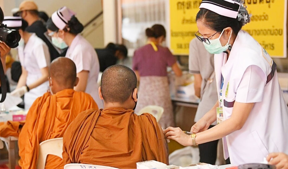 バンコク都は30日、トンブリー地区で僧侶や葬儀業者など寺院関係者を対象にワクチン接種を行った。コロナ感染による死亡者との接触機会が多いためという。