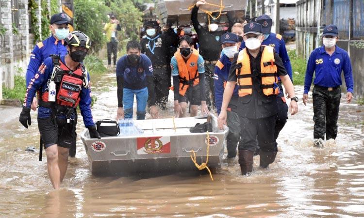 チェンライ県メーチャン市一帯で16日午前、大雨による鉄砲水が発生。およそ150戸が浸水被害を受けている。バンパーボン村には同日午後、災害救援センターから水や食料品などが配られた。