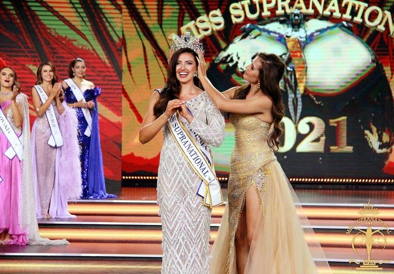 8月22日、ポーランドのカトヴィッツェで「ミス・スプラナショナル」の決勝ラウンドが開催。2019年大会で優勝したタイ人、アントニア・ポーシールドさんが、今大会の優勝者であるナミビア共和国代表に王冠を渡した。