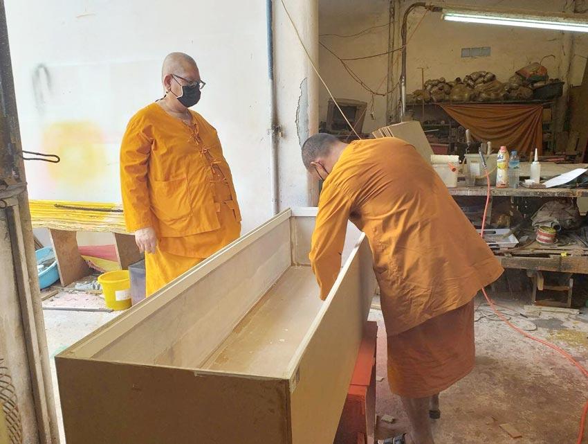 東北部ナコーンラーチャシーマー県のソムジット僧侶らが、新型コロナの犠牲者の遺族を援助するために自ら無料で棺桶を製作。僧侶の中には大工の経歴を持つ人もいるという。