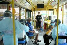 バンコク都庁、大型バスで出張ワクチン接種