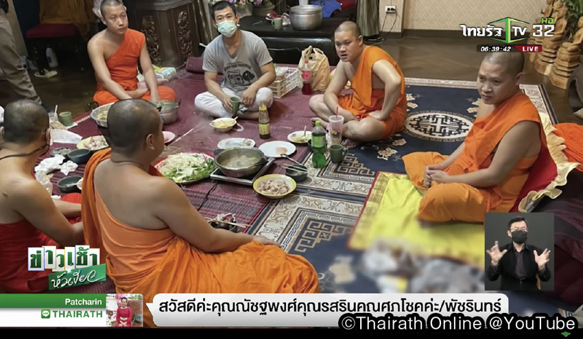 車座になって食事をする僧侶たち