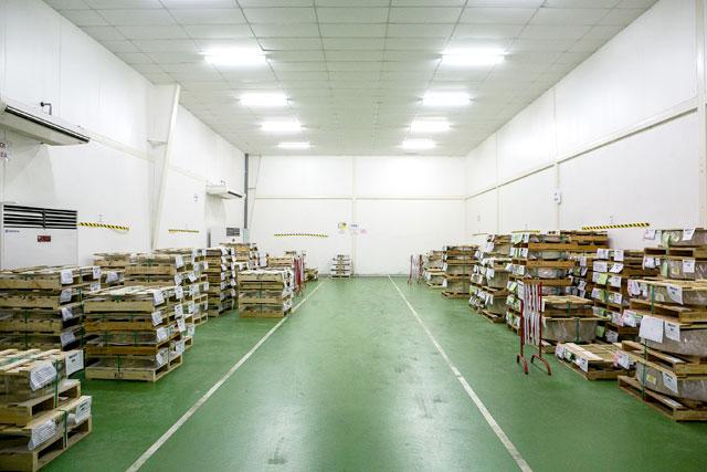 มาสเตอร์คอยล์และผลิตภัณฑ์ถูกเก็บไว้ในห้องเก็บสินค้า (Store) ที่มีการควบคุมอุณหภูมิและความชื้น