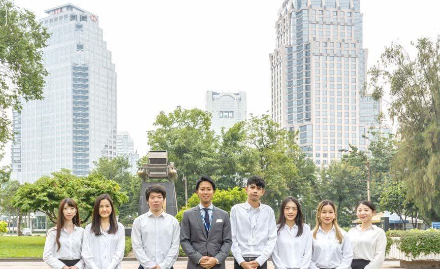 Starts International Thailand ตั้งอยู่ในอาคาร United Center บนถนนสีลมใกล้กับสวนลุมพินี คนกลาง คือ คุณซาโต้ CEO และพนักงานฝ่ายขายของบริษัท