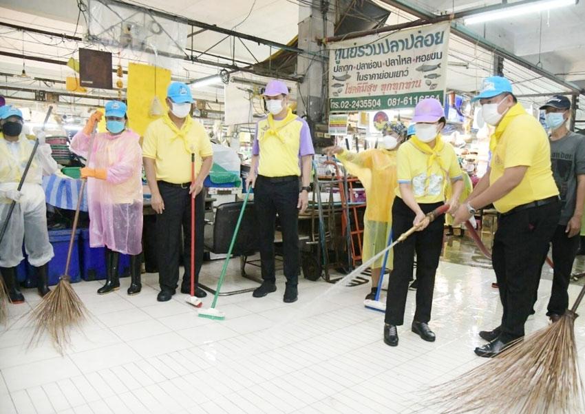 7月から続く都市封鎖の一部解除を受け、8月31日、都内パーシーチャルーン区の市場には100名以上の有志が結集。営業再開に向け「BKK Big Cleaning Day」と銘打った一斉大清掃を行った。