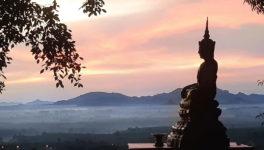 サケーオの霧の海に浮かぶ山頂の寺院の幻想的な光景 - ワイズデジタル【タイで生活する人のための情報サイト】