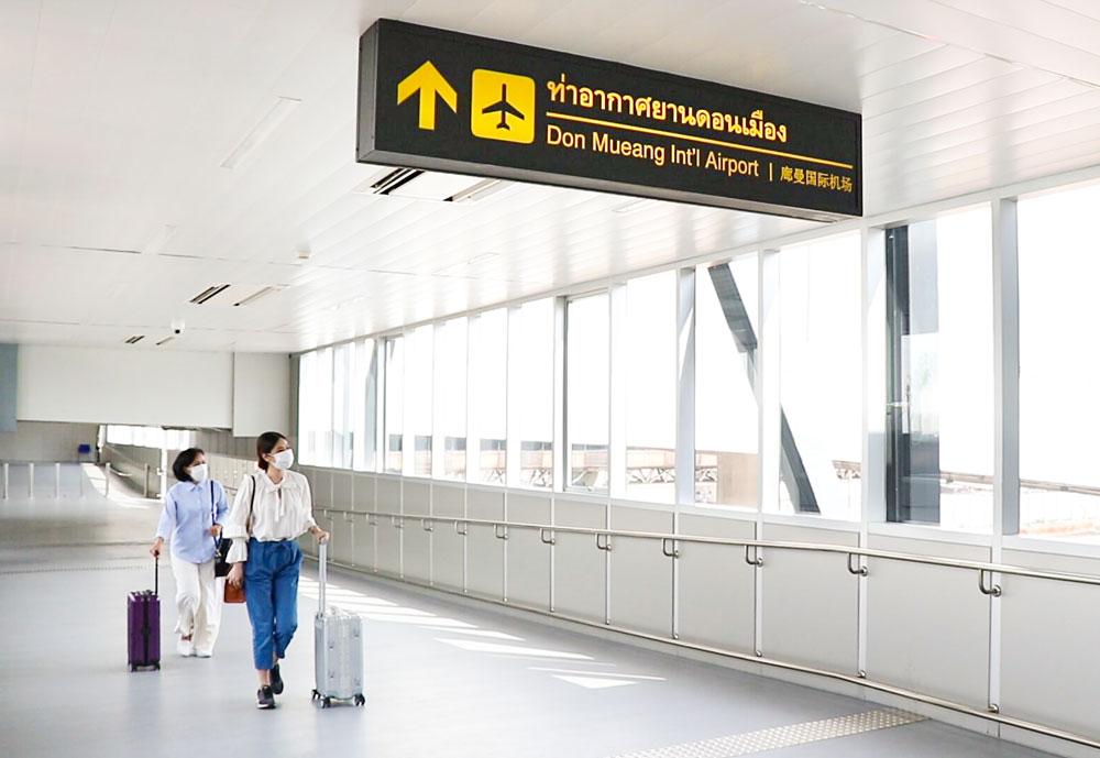 レッドラインのドンムアン駅とドンムアン国際空港を直結するスカイウォークが開通。同駅の6番出口と空港駐車ビル2階を結び全長は110m。発着便も少しずつ増えつつあり、空港との往来がさらに便利になる。