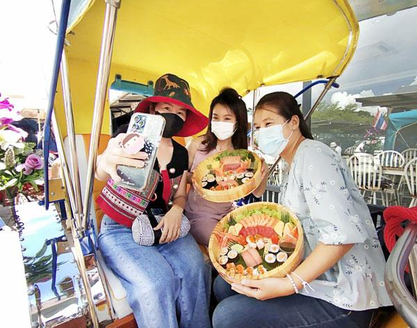 北部ランパーン県のショッピングモールで営業している寿司店が「馬車に乗りながらお寿司を!」キャンペーンを開催中。馬車は同県の観光名物。寿司は1時間45分、食べ放題だという。