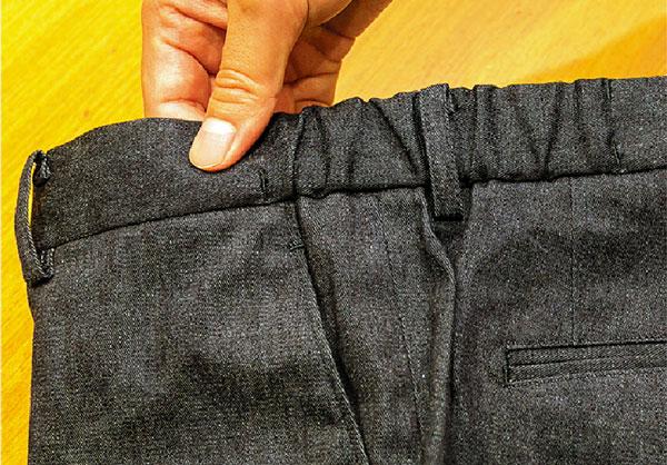 パンツはウエストシャーリング仕様で、きちんと感を残しながらもノンストレス
